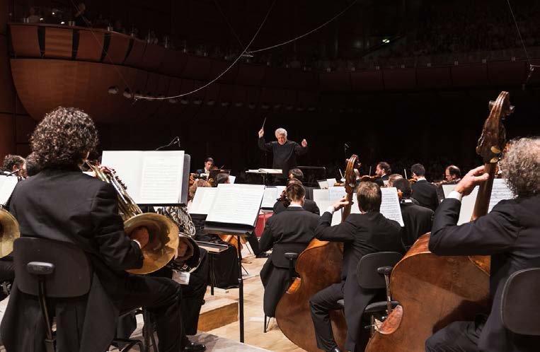 Orchestra Verdi con l'attuale direttore musicale Claus Peter Flor