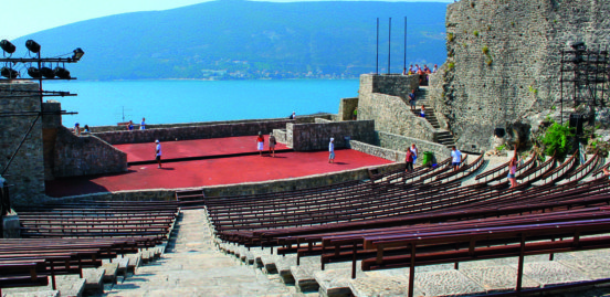 montenegro Il cortile della fortezza di Kanli Kula a Herceg Novi